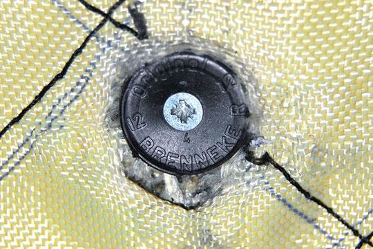 detalle de la bala brenneke atrapada en el panel balístico del chaleco antibalas ITEPOL
